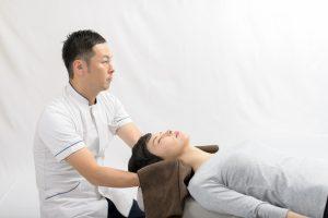 整骨院で寝違え改善の施術をうける女性