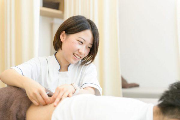 鍼灸治療を行う整骨院の先生