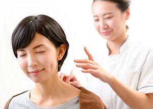 ぷらす鍼灸整骨院で施術を受ける女性