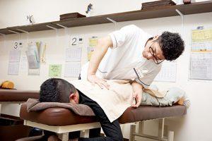 施術をする整骨院の先生