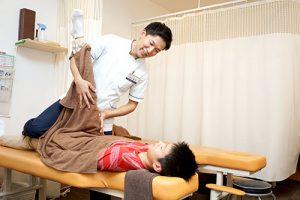 施術をする柔道整復師