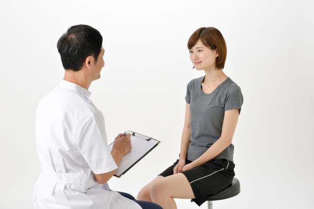 整骨院で反り腰の悩みを聞いてもらっている女性