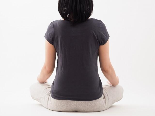 骨盤を立てる正しい座り方をしている女性