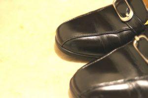 女性の革靴