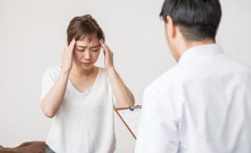 頭痛の悩みを整骨院できいてもらう女性と整骨院の先生