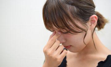 目の疲れに悩む女性