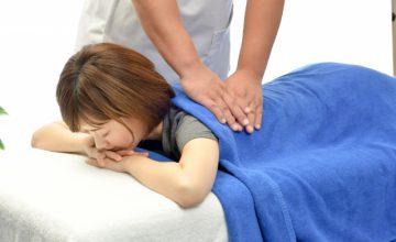 整骨院でマッサージを受ける女性