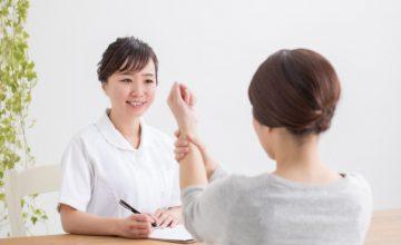 腱鞘炎の相談をする女性