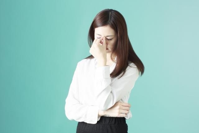 眼精疲労・目の疲れに悩む女性