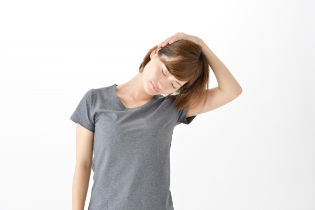 首のストレッチをする女性