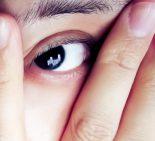 指の間から覗く女性の眼