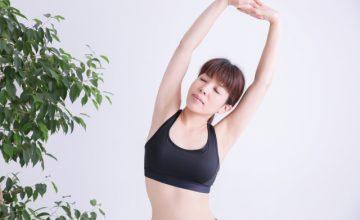 肩こり体操をする女性