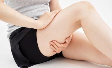 太ももの筋肉痛に悩む女性