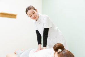 妊娠初期に整骨院で施術をうける女性