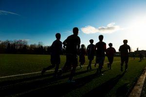 ランニングをするスポーツ選手