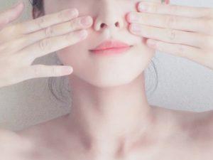 お肌のセルフケアをする女性