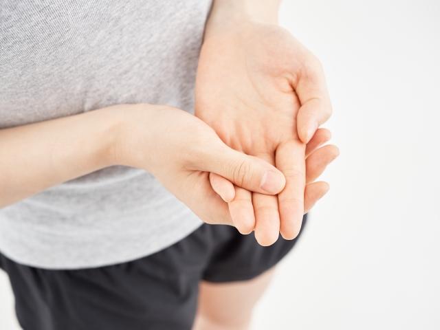 ばね指の症状に悩む女性