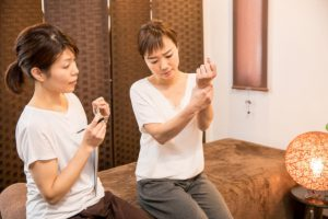 打撲の治療をうける女性