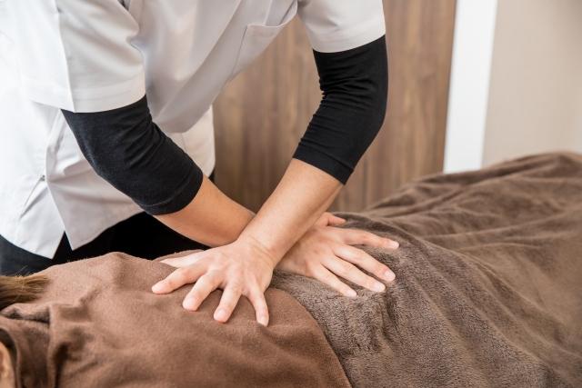 側湾症改善の施術を受ける女性