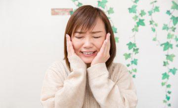 顎関節症に悩む女性