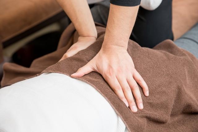 整骨院で骨盤矯正を受ける女性