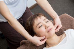 整骨院で顎関節症の治療をうける女性
