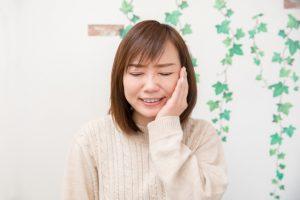 顎関節症を気にする女性