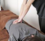 骨盤矯正をうける女性