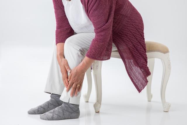 手足にしびれを感じている高齢者