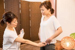 産後骨盤矯正のカウンセリングをうける女性