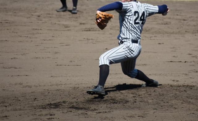 投球を行なう野球選手