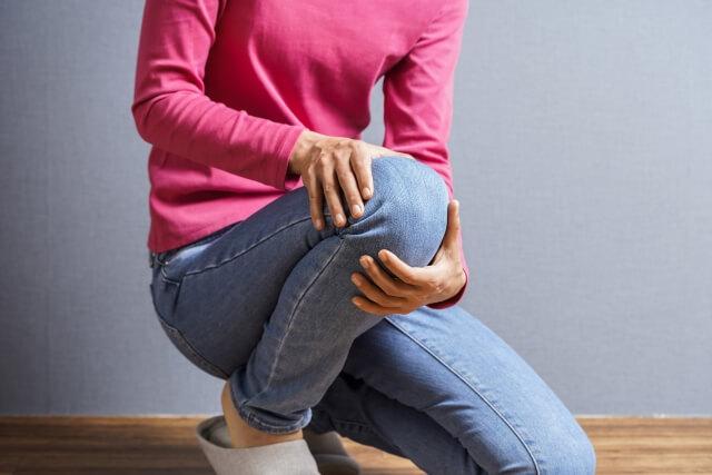 膝の痛みに悩む女性