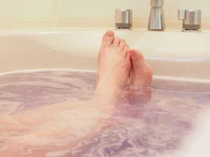 入浴中の女性の脚