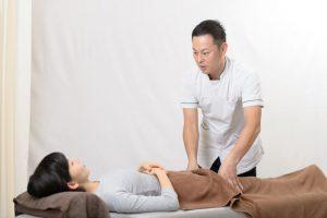 ぷらす鍼灸整骨院で骨盤矯正をうける女性