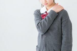 肩のこりを感じている女子中学生