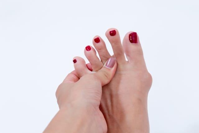 足の指をストレッチする女性