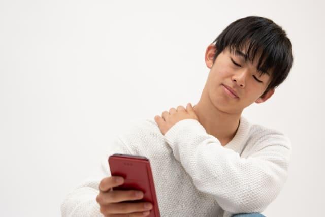 肩のこりを感じている中学生