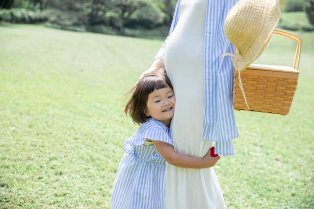 幸せそうな妊婦さんと娘
