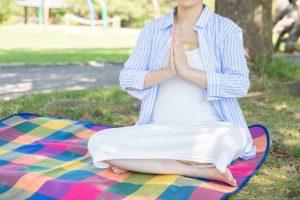 瞑想をする妊婦さん