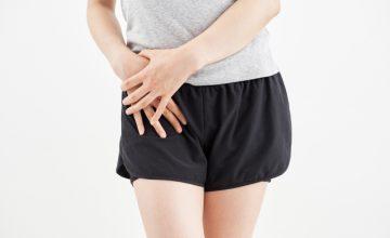 股関節に痛みを感じる女性
