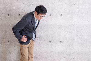 腰痛を気にするビジネスマン
