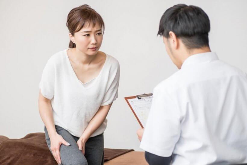 膝の痛みを抱える女性