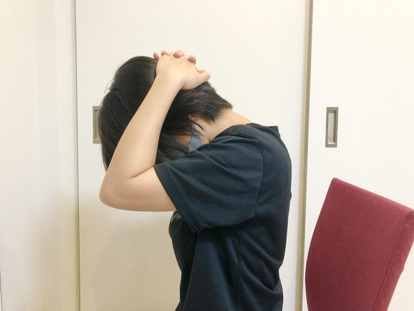 首まわりの筋肉を伸ばすストレッチ2