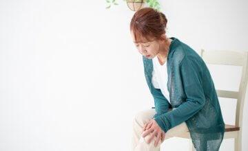 膝痛がる中高年の女性