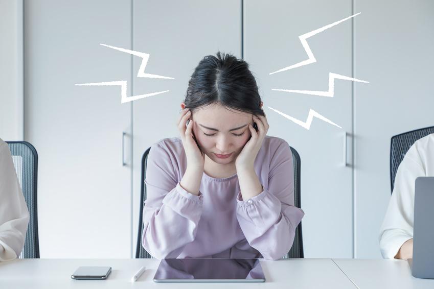 頭痛の女性 仕事の頭痛